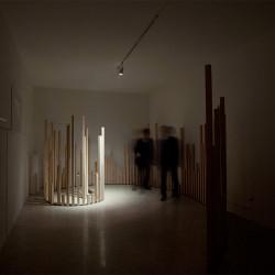 Marco La Rosa, Untitled φ, 2011, pali in legno di betulla piallati, barra di ferro tagliato al laser, cm200x485 h max 210cm, fotografia: Mauro Prandelli