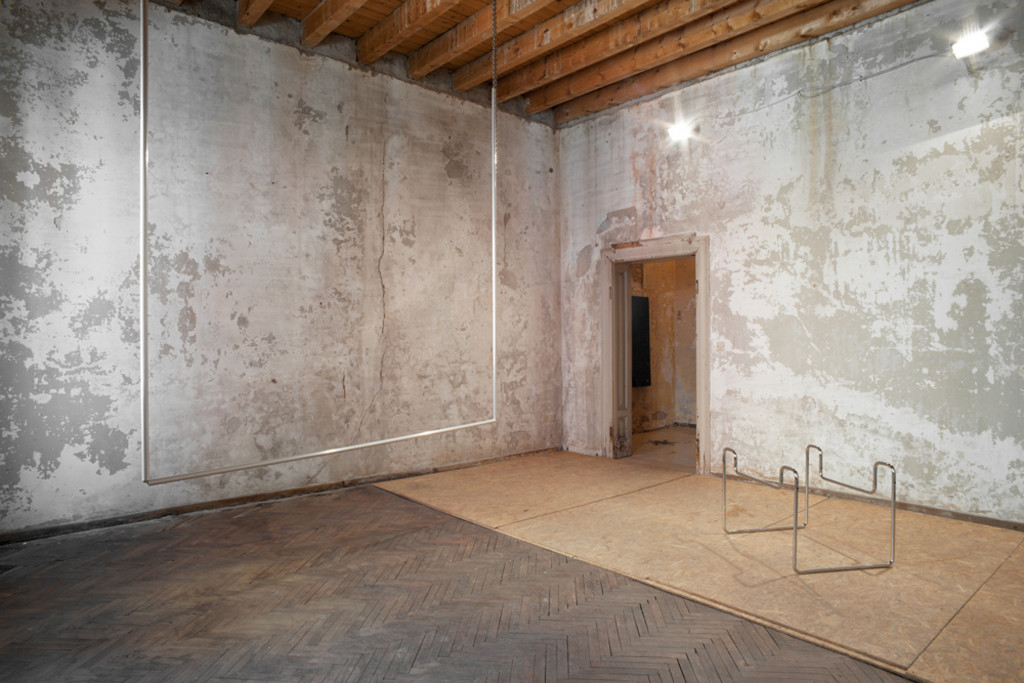 08. L'avventura - die mit der liebe spielen - exhibiton view - room 5 Tobias Hoffknecht - left _ Fêtes champêtres 2014 chain and alluminium - photo philip seibel -