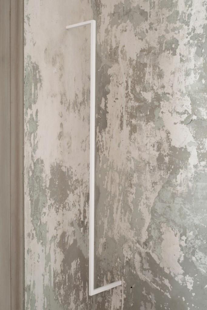 001. Stephanie Stein, Bugs, 2014, legno di balsa, gouache, 114 x 15 x 1,5 cm_700x1050