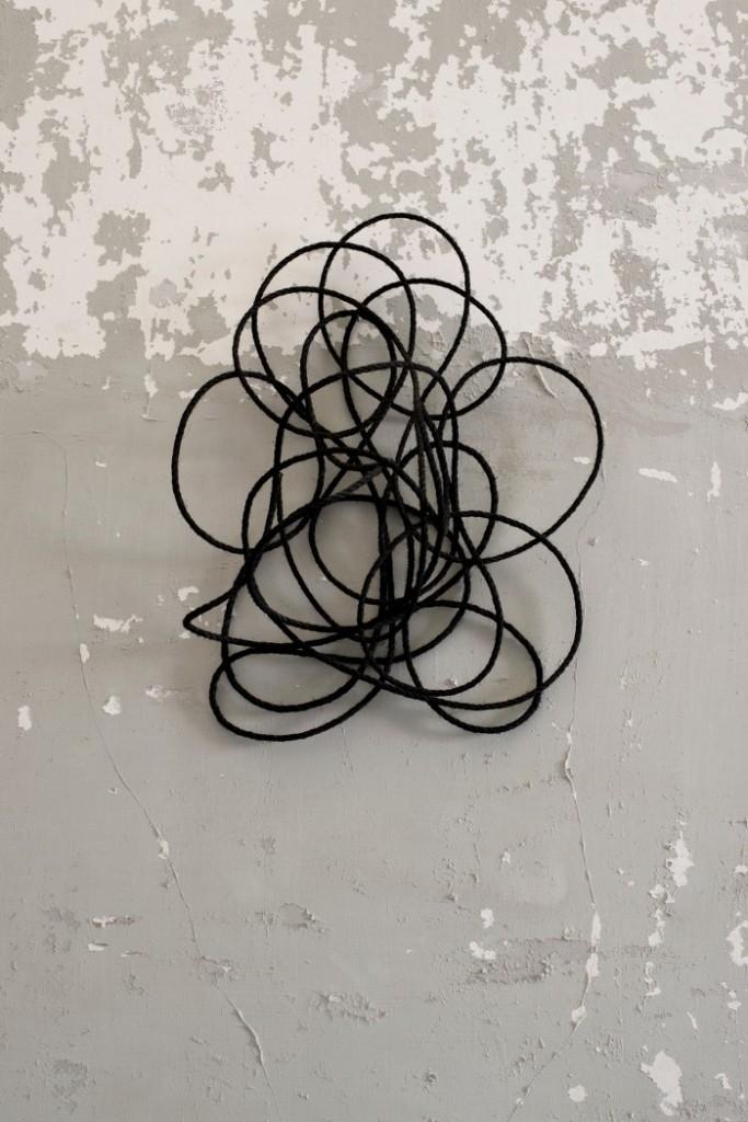 003. Stephanie Stein, Internationale spezialitat, 2014, corda e acrilico, 62 x 38 x 21cm_700x1050