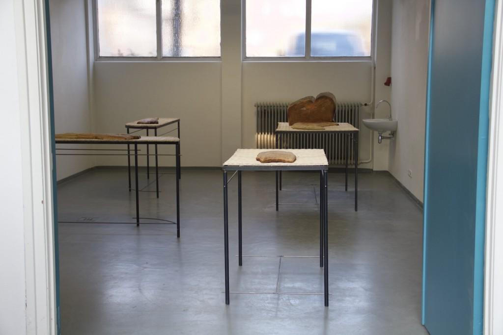 01 - Marco Gobbi, vista insieme Meridians, tavoli in ferro e piano intagliato, pane, 2016